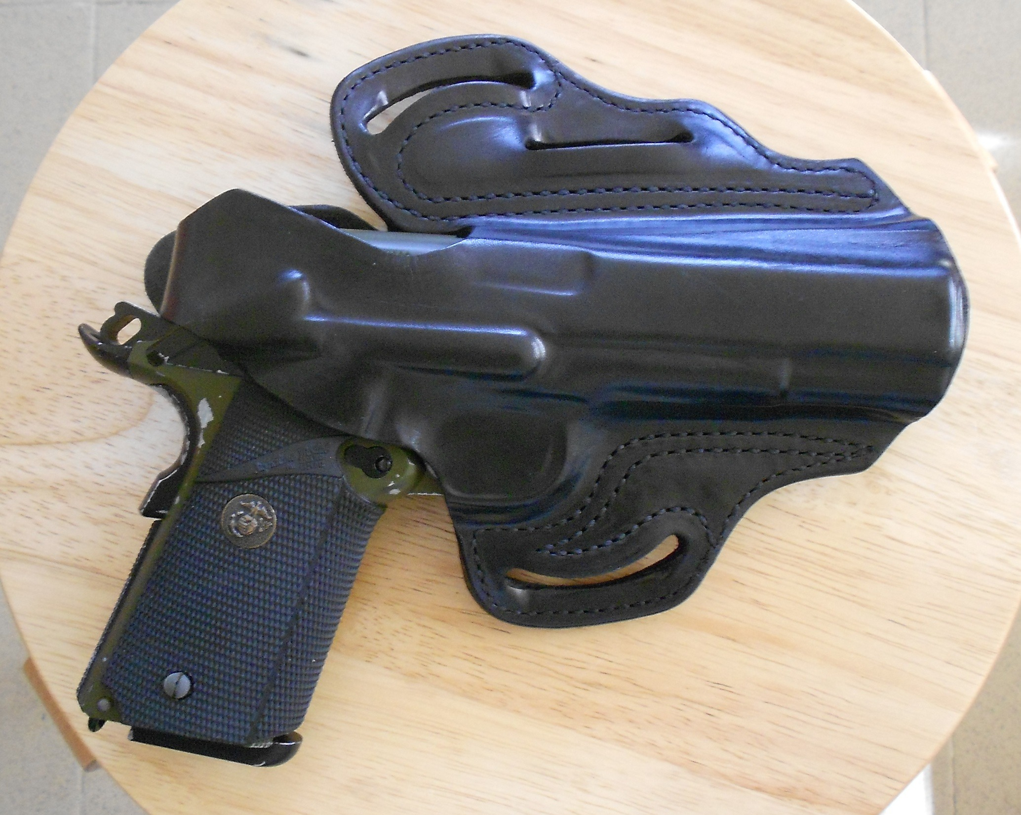 1911 pistol in the DeSantis 1CL. In this picture you can see that the top break strap covers and protects the ambidextrous safety from being accidentally snagged off. The top break strap is also shaped to provide some protection for the rear sight. The top strap sits secured between the hammer and the firing pin providing an additional safety barrier to ensure there will be no accidental discharge.