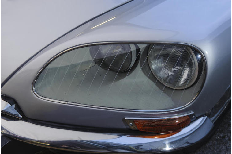The steering controlled headlights of a Citroen DS 21.