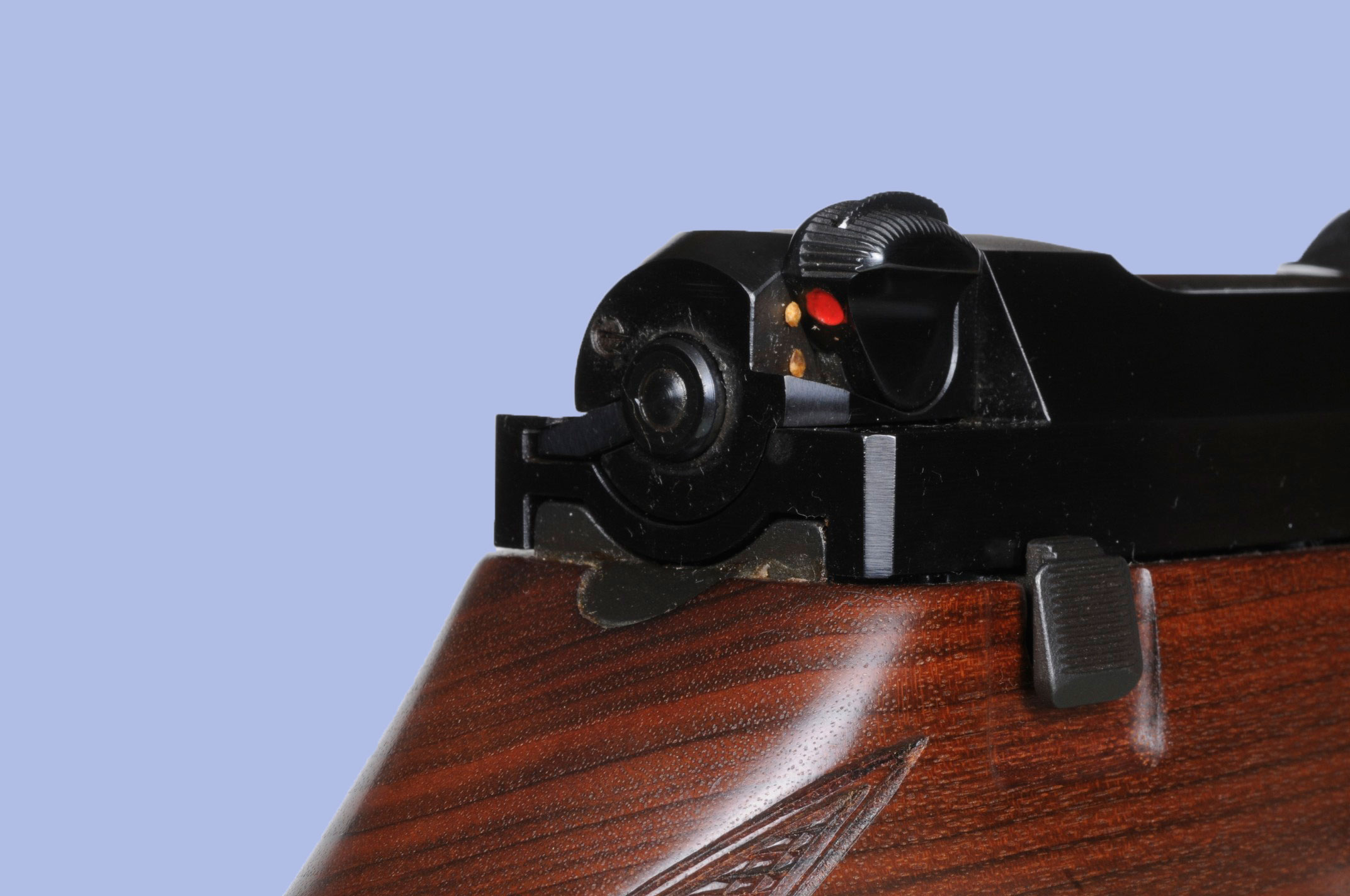 The safety catch of the Mauser 66. The locking button is visible at the top of the safety button. (Picture courtesy of armes.be)