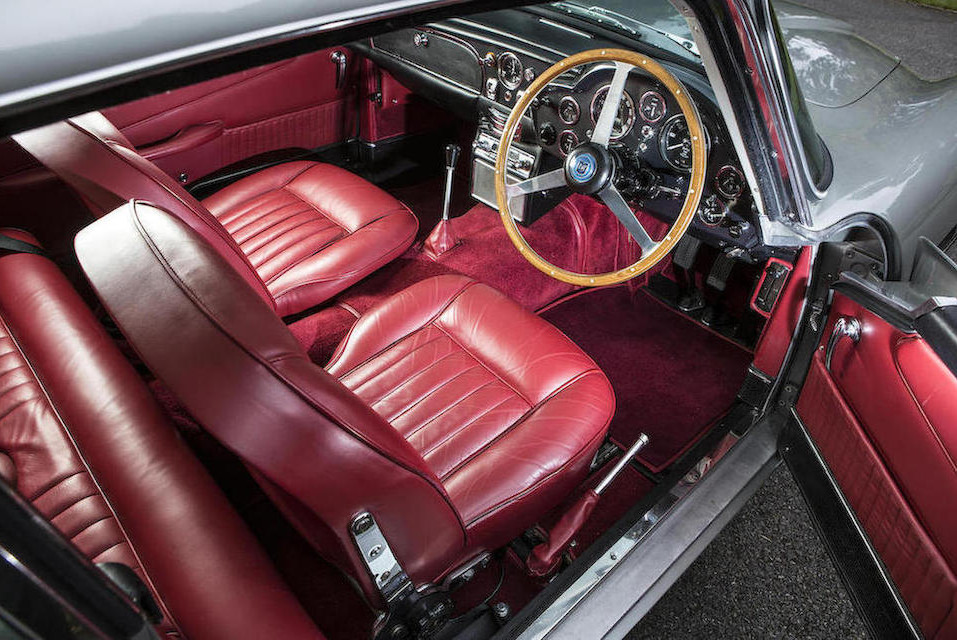 No little red button in the gear lever knob nor ejector seat, but a beautiful classic Aston Martin interior.