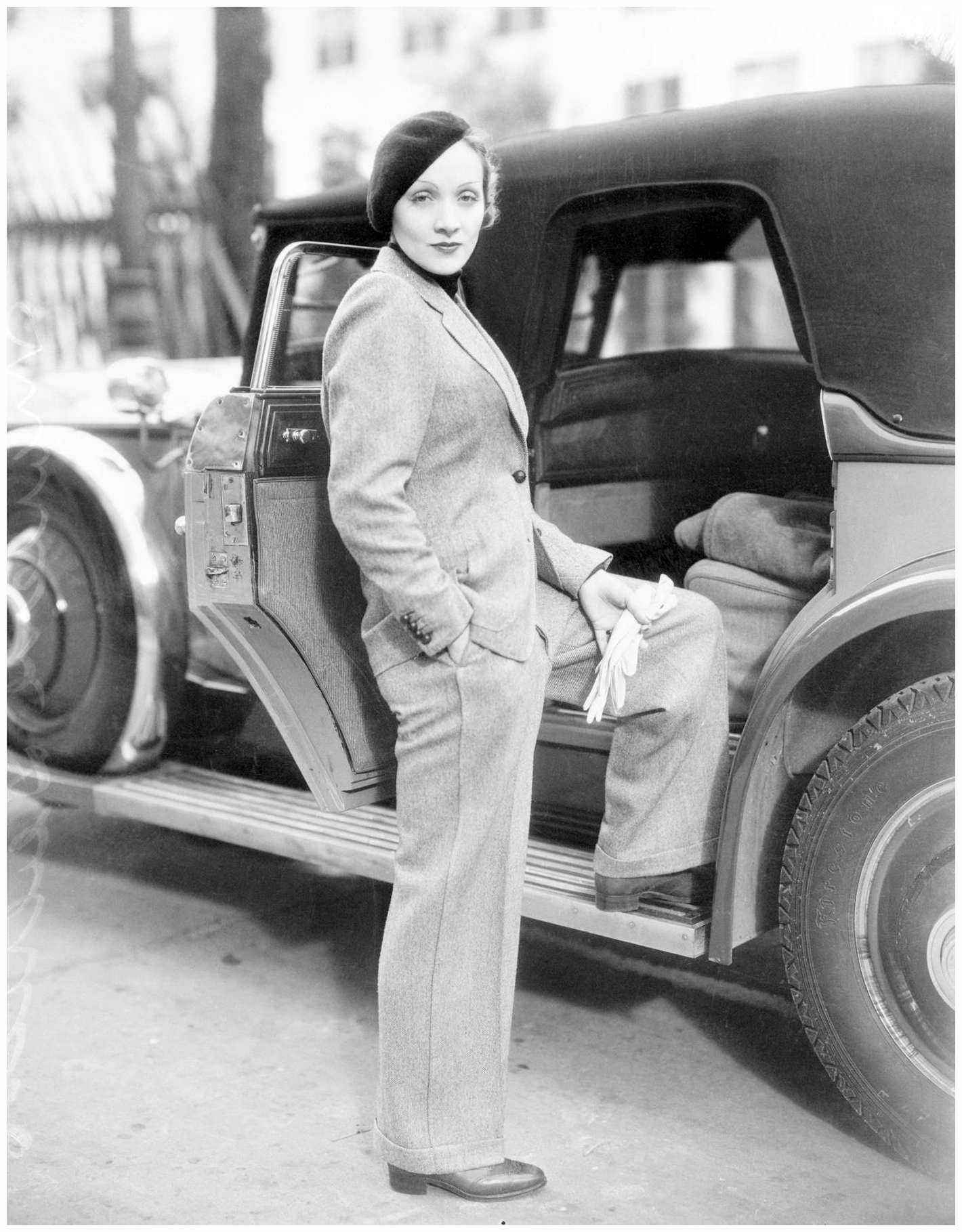 Marlene Dietrich and the Rolls-Royce in 1933 (Image by © Bettmann/CORBIS)