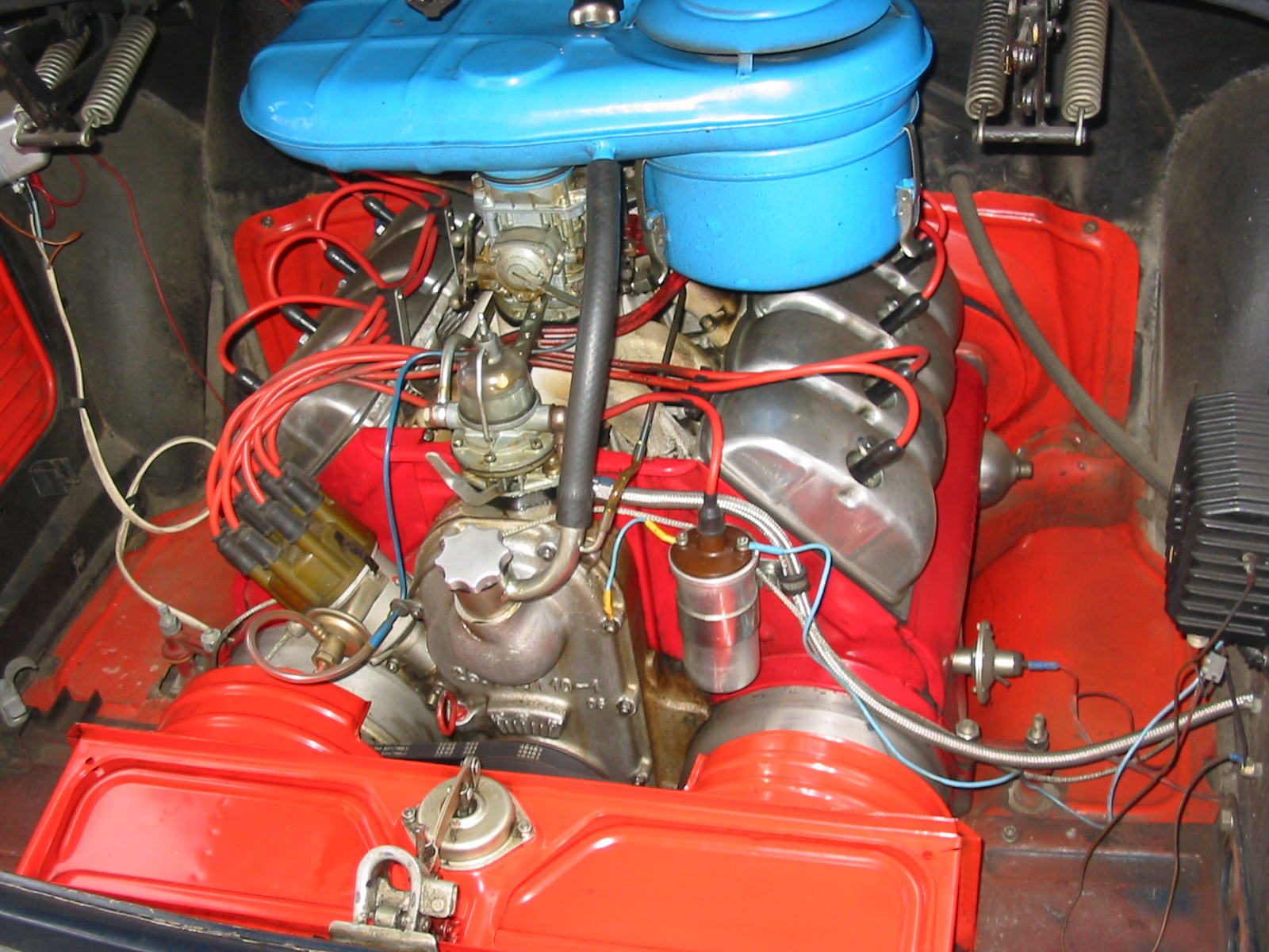 Despite the 2.5 litre alloy air cooled V8 being mounted behind the rear axle line the Tatra 603 still managed to achieve a 47/53 front to rear weight distribution when loaded. (Picture courtesy Wikimedia)