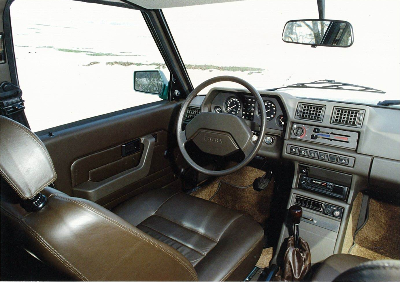 The cockpit of the Tatra 613 is sensible, uncluttered and unpretentious. It has a Soviet era utilitarian feel about it that has been given a hint of Italian style by Vignale. Strangely its a combination that works. (Picture courtesy kazni.blog.hu)