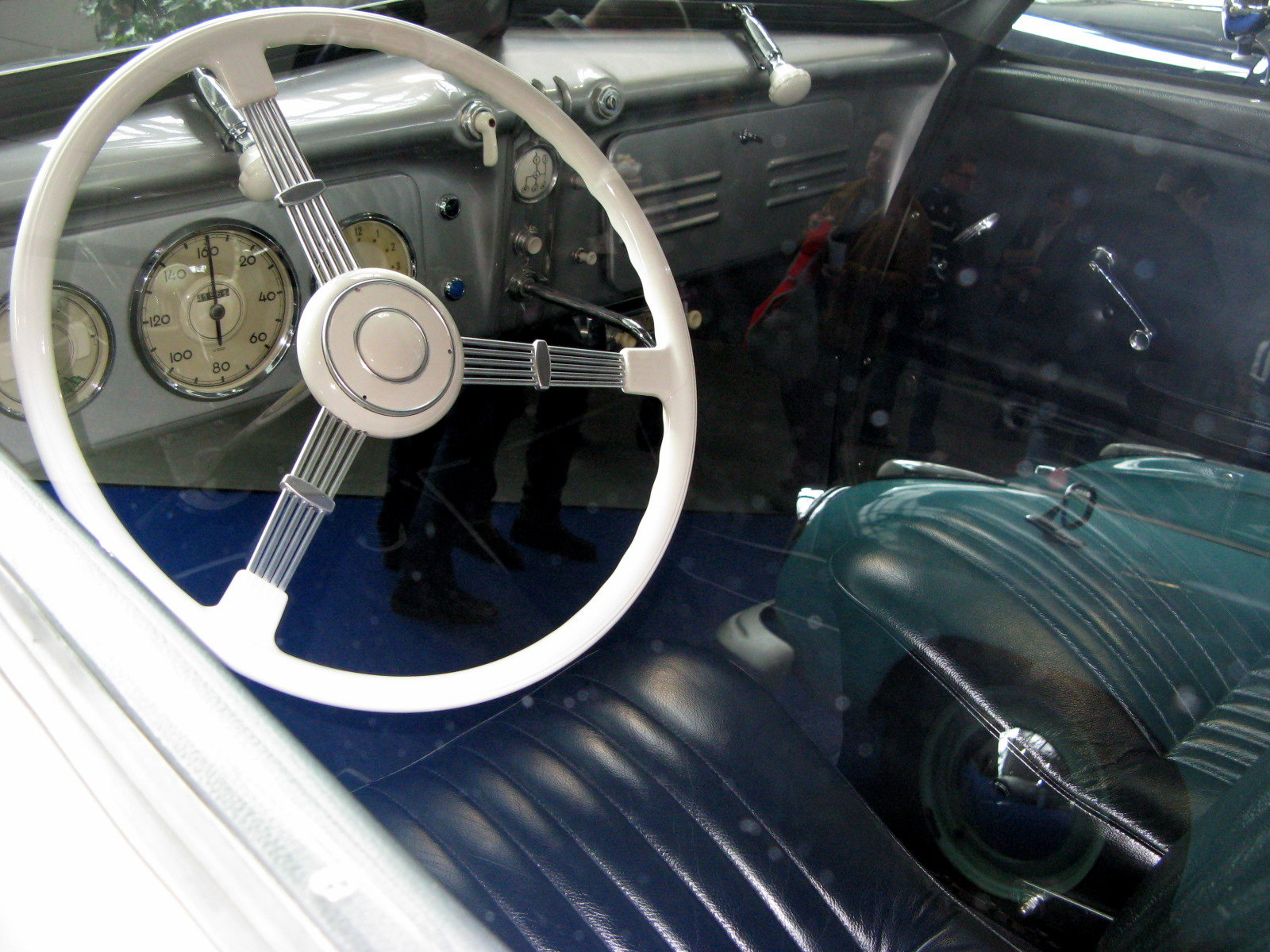 With its engine and gearbox set well forward designer Karl Jenschke decided to mount the gear lever in the centre of the dashboard as is visible in this picture. (Picture courtesy wikimedia).