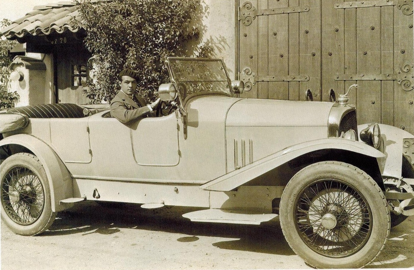 Rudolf Valentino at the wheel of his Voisin. The coiled cobra ornament is not the Voisin one but was a gift from Douglas Fairbanks, beating Carol Shelby to the idea by a few decades. (Picture courtesy jhgraham.com).