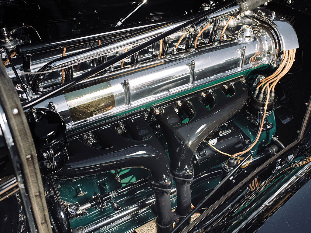 Double overhead camshafts and four valves per cylinder, Double Valve - 32 Valves. Note that for the DV-32 Stutz abandoned the dual ignition system used on the SV-16 engine. (Picture courtesy RM Sotherby's).