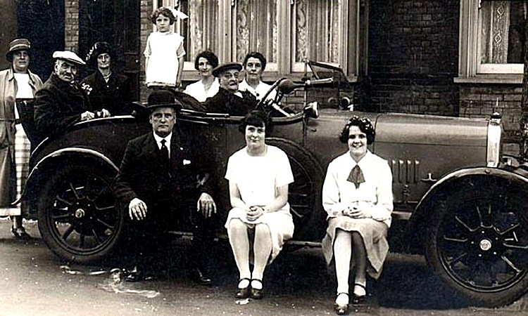 The first Alvis production car was the 10/30. (Picture courtesy antiqbrocdelatour.com).