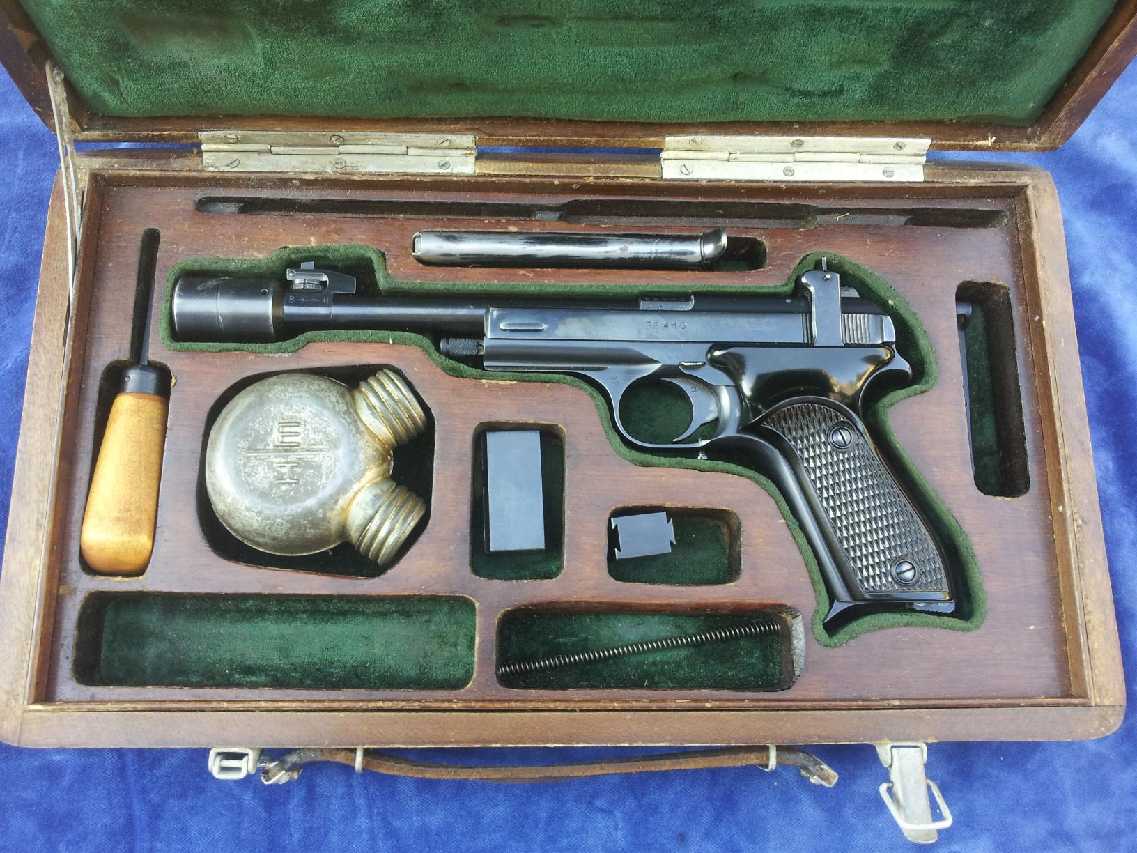 The Russian target pistols such as the Margolin MCM were usually presented in a fitted wooden box complete with accessories. (Picture courtesy wapenhandelwagemakers.nl).