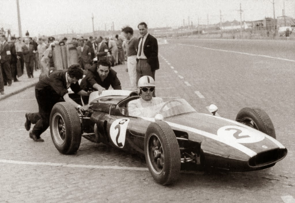 Jack Brabham at the start of the 1960 Portugese Grand Prix in a Cooper T53. (Picture courtesy Wikipedia).