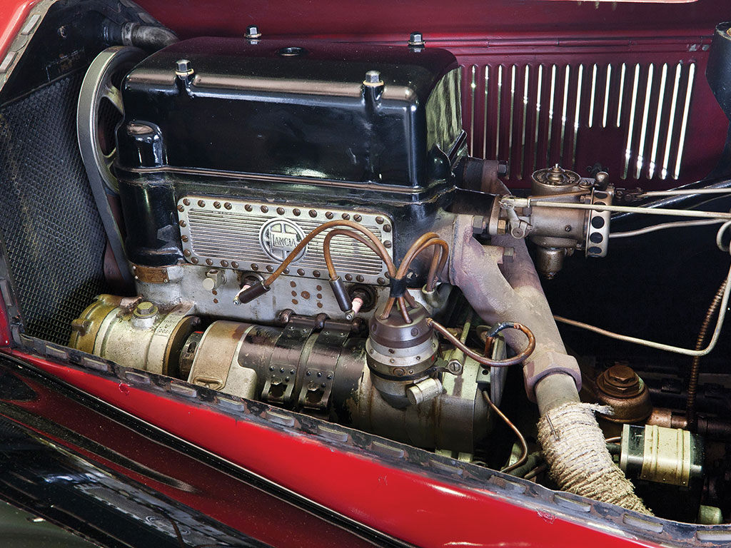 The otehr side of the 17°V4 engine where one is able to appreciate the layout fo the exhaust manifold and carburettor mounted on the inlet.