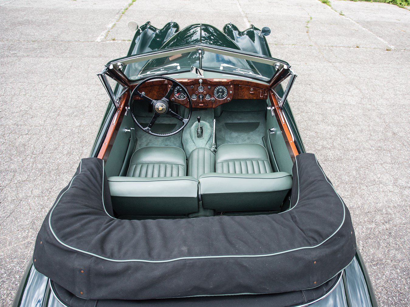 With its extended interior and improved luxury features such as wind up windows the XK140 Drophead Coupé became a rather nicer car than its predecessor.