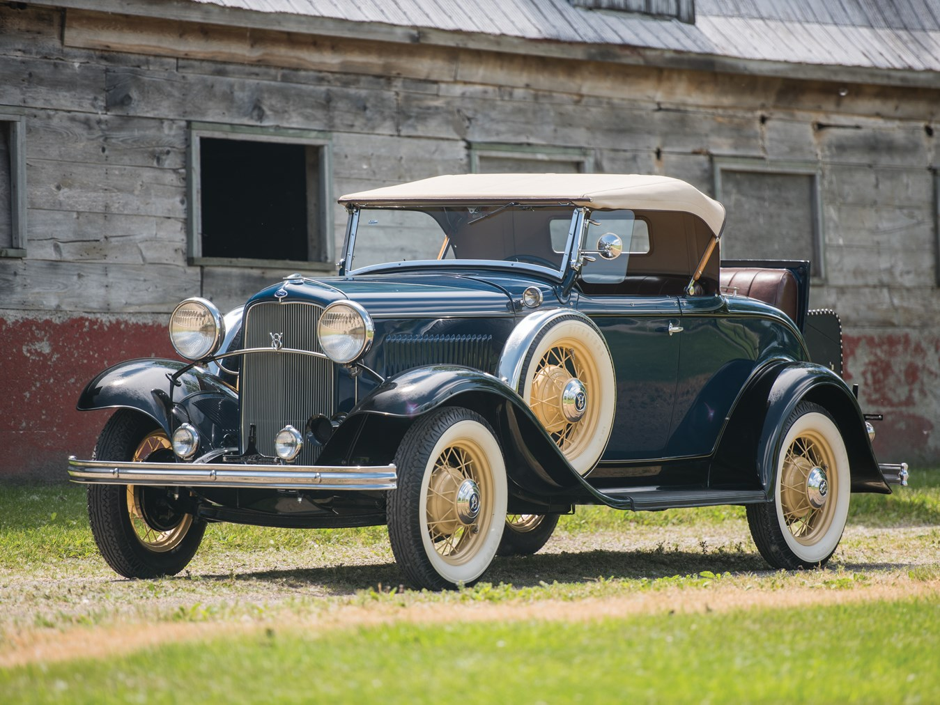 The 1932 Ford was available with an improved four cylinder engine from the Model A developing 50hp and the new V8 developing 65hp. Most chose the new and untried engine.
