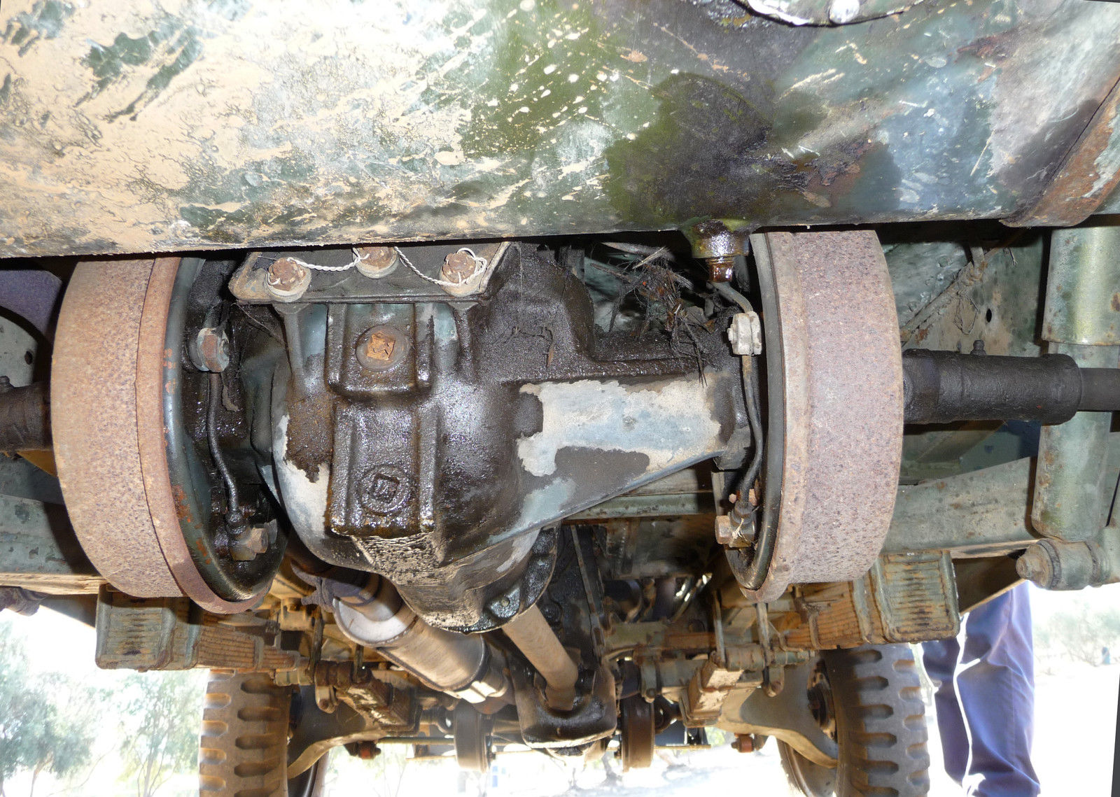 As can be seen in this picture the AMC M422 has inboard drum brakes front and rear with a fully independent suspension.