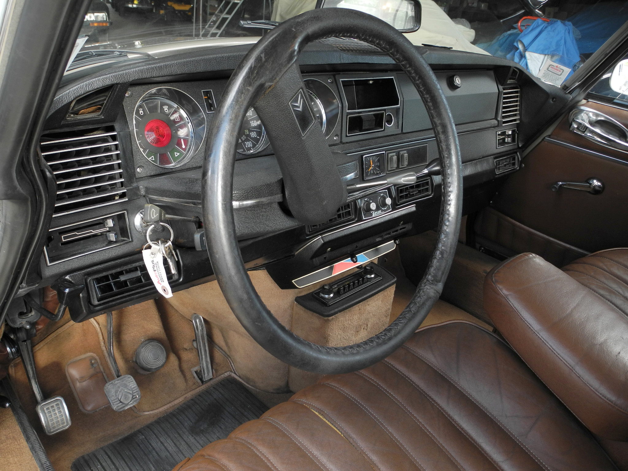 The Citroën DS interior was fully up to the space age styling of the rest of the car. The single spoke steering wheel was not only modern looking but practical, giving the driver an uninterrupted view of the instruments.