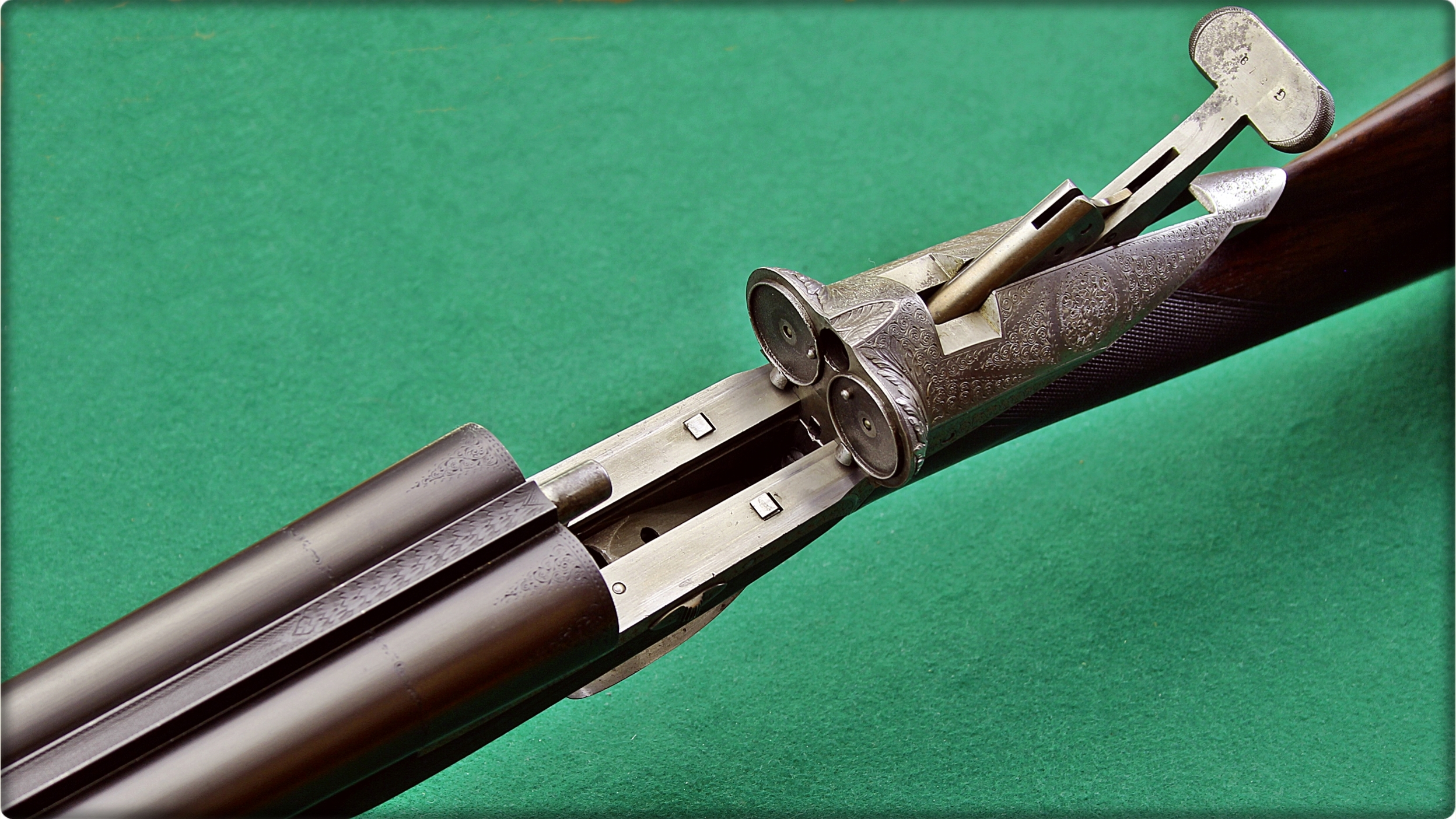 Despite being a double barreled side by side gun the Darne does not open on a hinge like a conventional gun but the barrels are fixed and lifting the handle on the rear of the action slides the breech block rearwards. The extractors and plunger ejectors are visible in this picture. (Picture courtesy steniron.com).