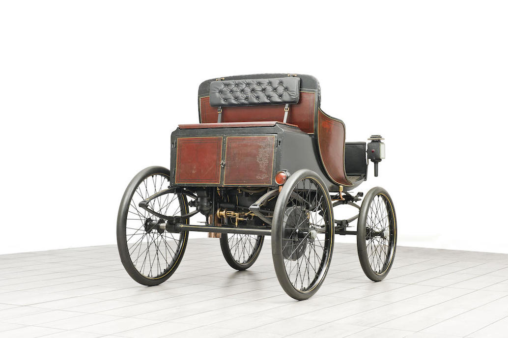 The boiler and engine sit neatly ensconced under the rear of the horseless carriage.