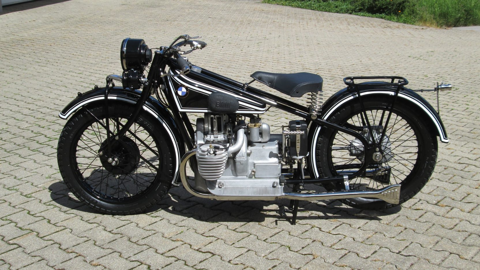 The R52 was introduced in 1928 and it was the first BMW motorcycle to have electric lights as standard equipment.