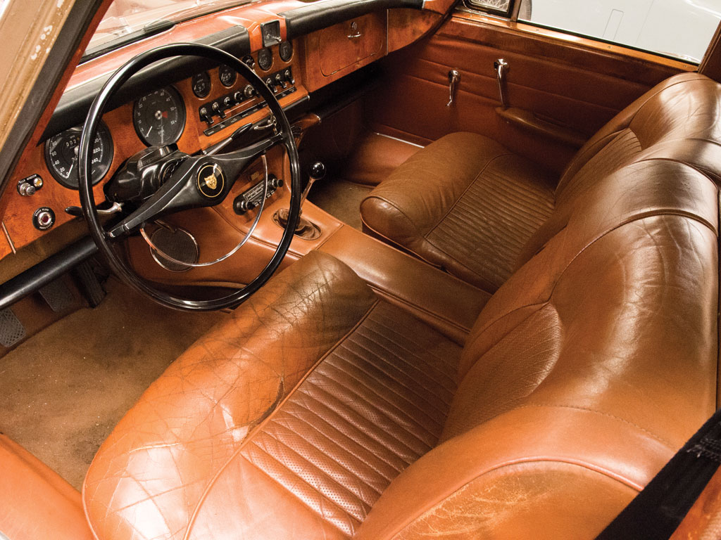 The interior of the Jaguar 420G is about as jaw dropping as any car could be. We could try to call it sumptuous but even that word is not enough to capture the combination of leather, wood and fine carpet that assaults your senses.