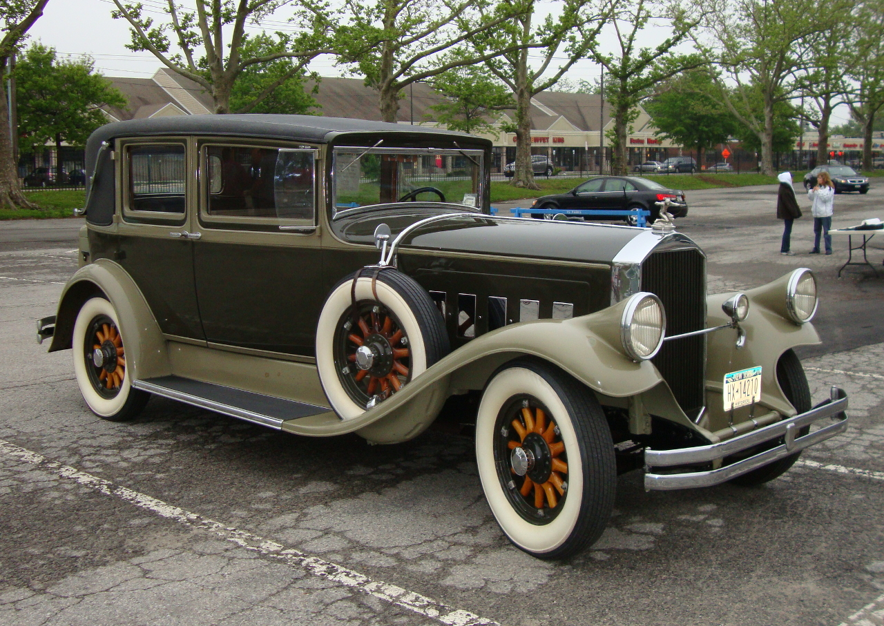 A restored 1929 Pierce-Arrow with the headlights mounted as part of the front fenders. (Picture courtesy Wikipedia).
