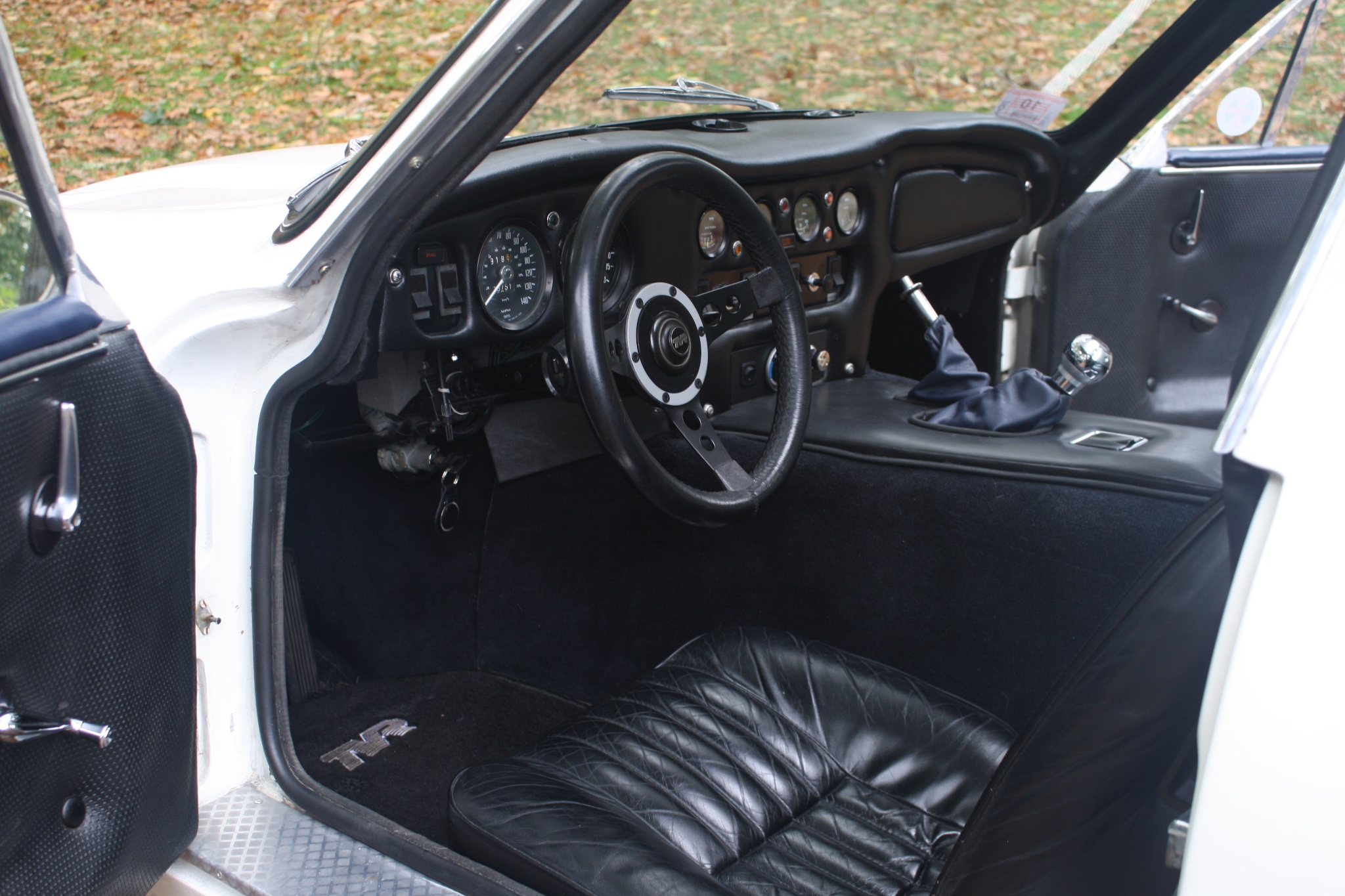 The interior design of the TVR 2500M is one that a sports car enthusiast is going to delight in.