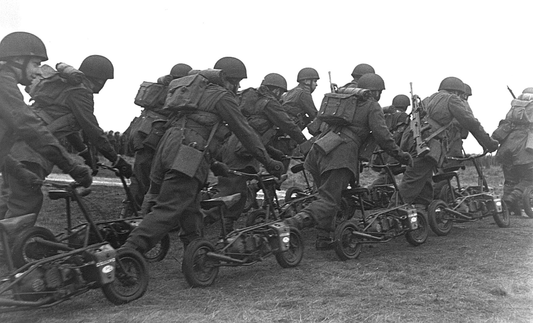 Polish Paratroopers with their Welbikes prior to starting them. (Picture courtesy histografy.pl).